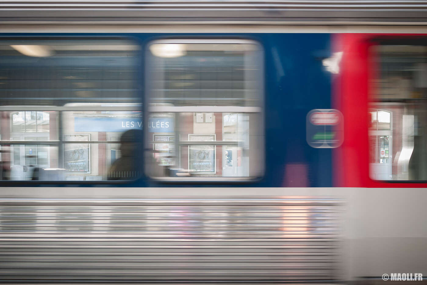 Train transilien en mouvement