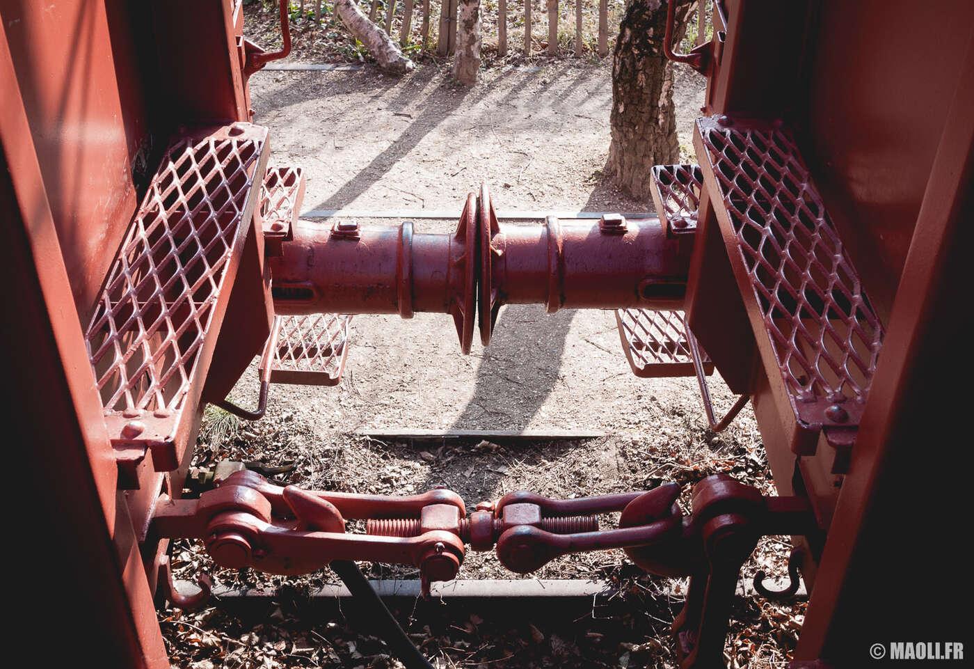 Wagons rouges dans la coulée verte de Colombes