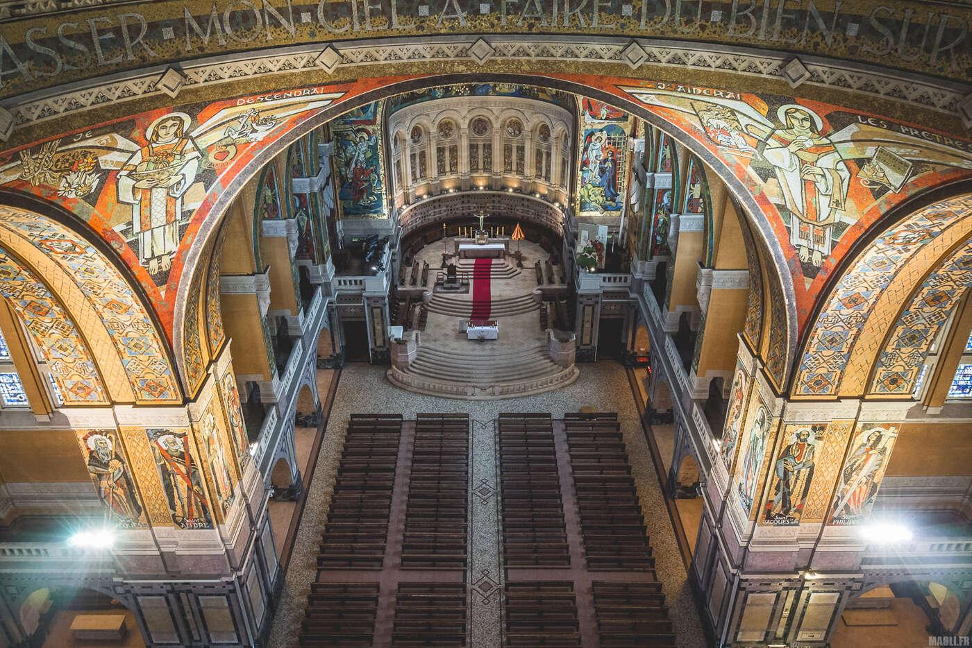 Sous le dôme de la basilique Sainte-Thérèse de Lisieux