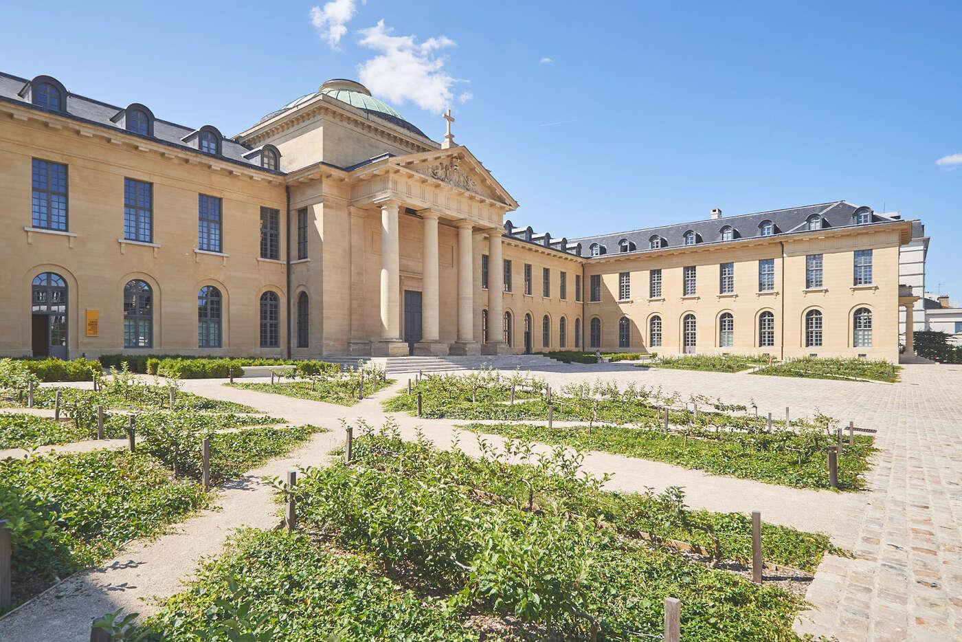 Cour d'Honneur de l'Hôpital Richaud, Versailles