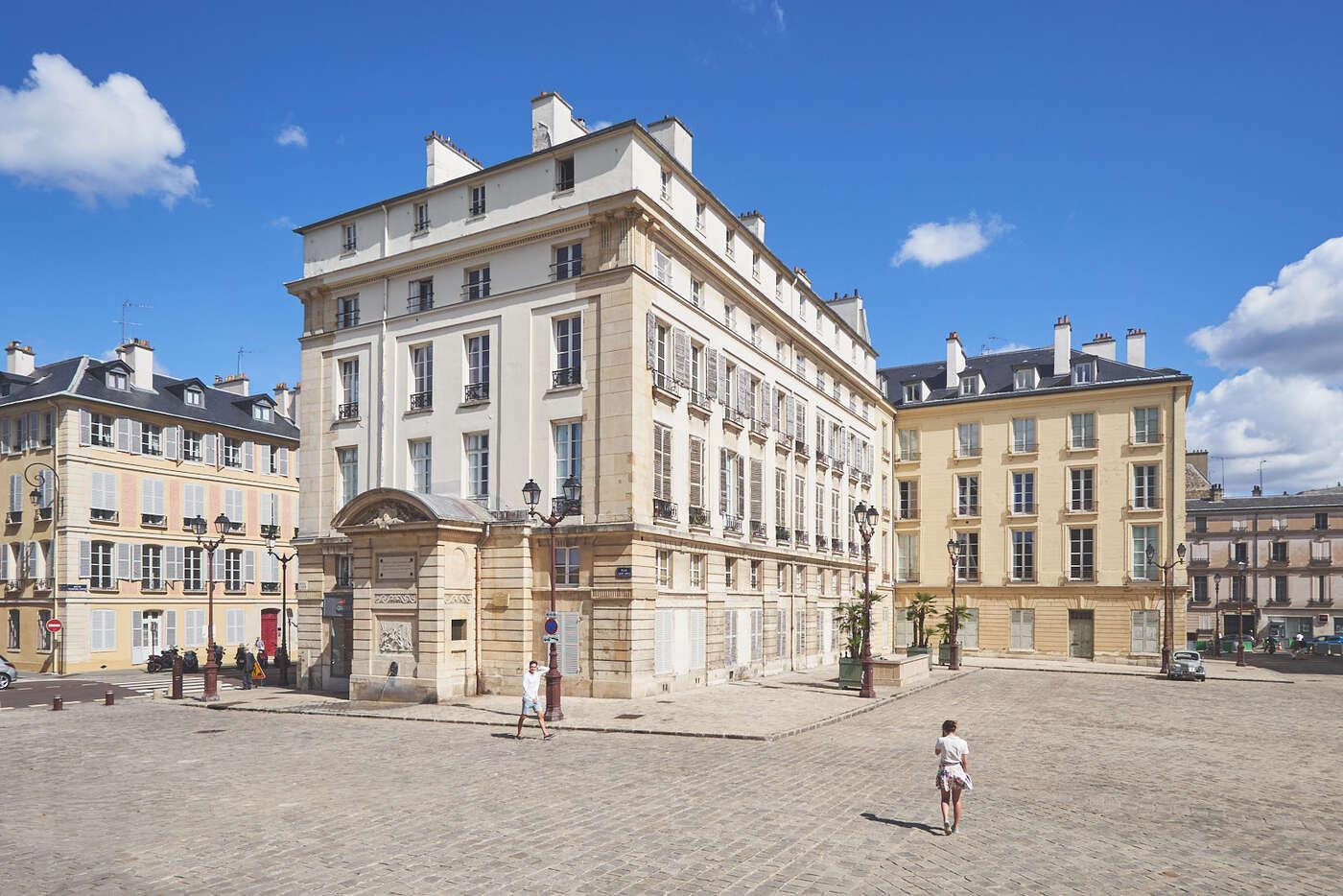 Parvis de la cathédrale Saint-Louis, Versailles