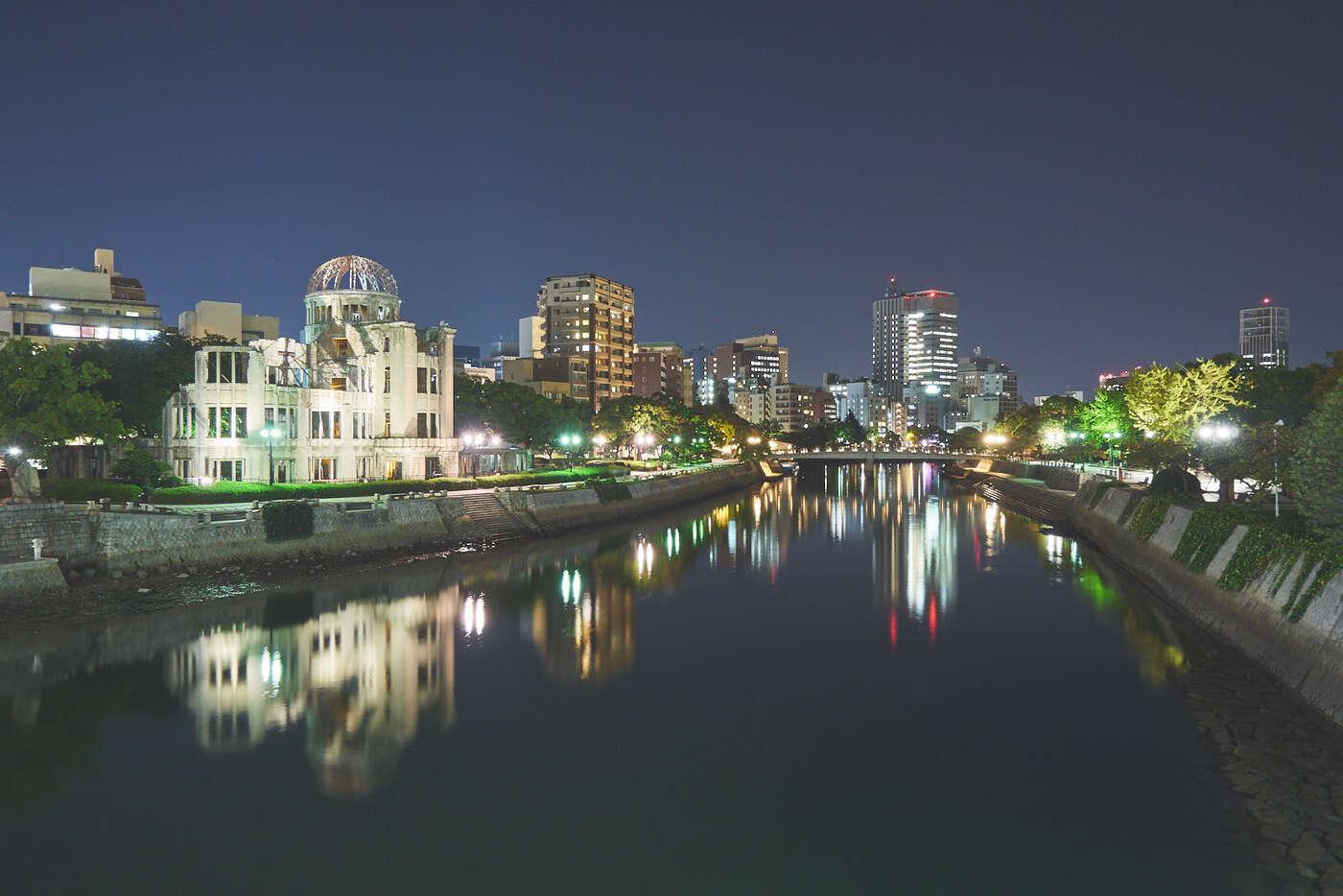 Rivière Motoyasu de nuit, à Hiroshima